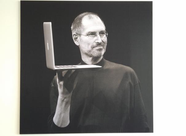 Bekende Citaten Steve Jobs : Apple motiveert personeel met foto s en quotes van steve
